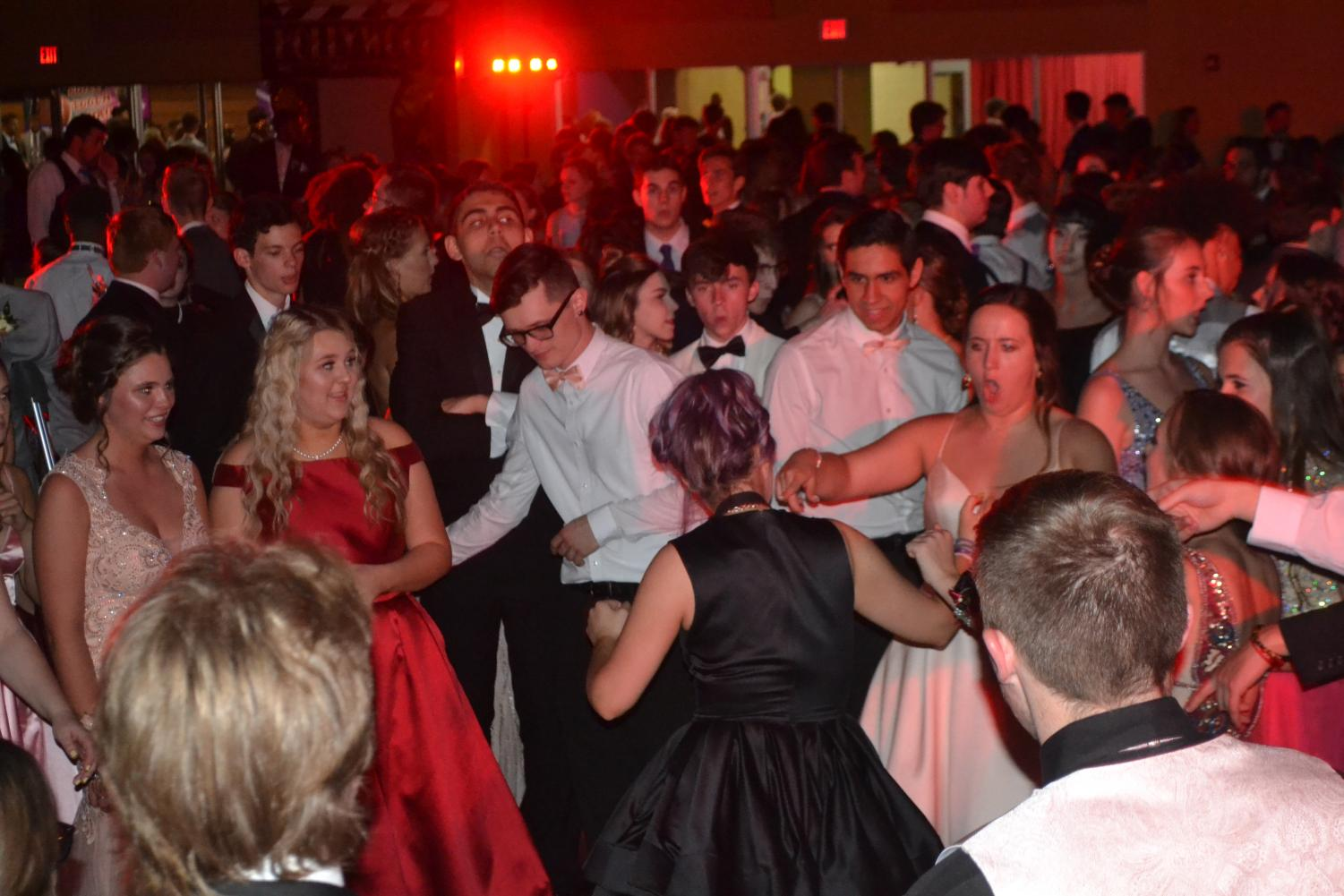 The+dance+floor+was+packed+on+Saturday%2C+April+13th%2C+as+SCHS+hosted+%22Old+Hollywood.%22++
